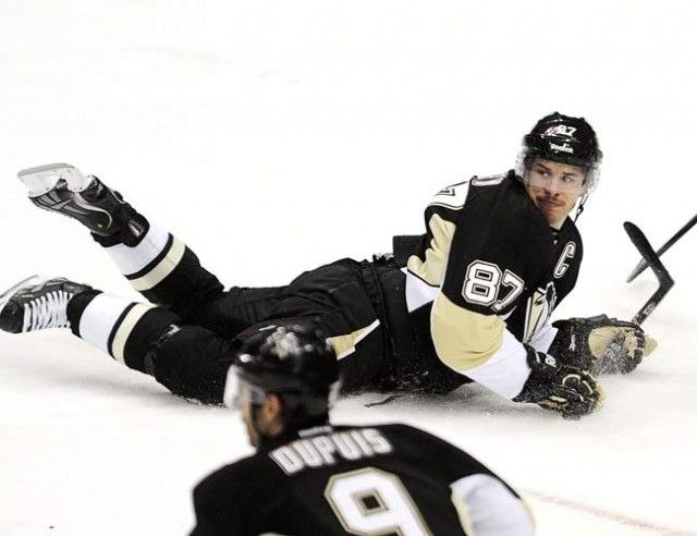 NHL-Crosby passes Penguins past Senators
