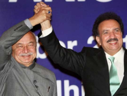 Sushilkumar Shinde with his Pakistani counterpart Rehman Malik