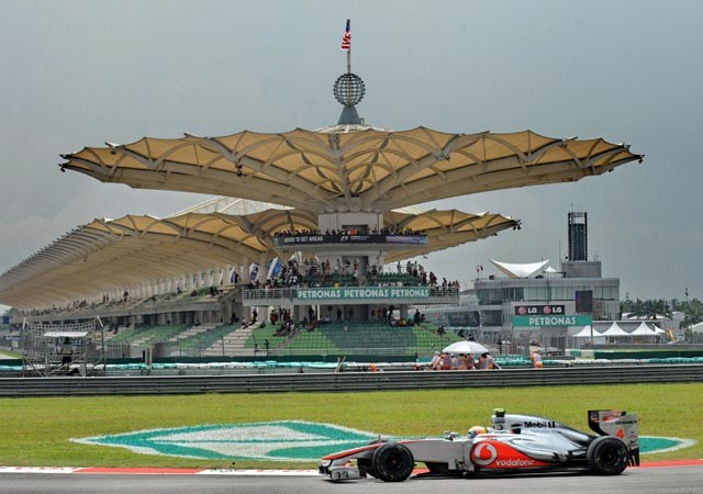 Lewis Hamilton steals show in Malaysia