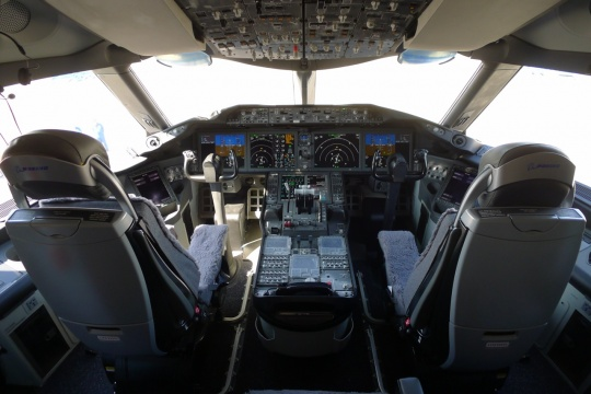Cockpit Windows of Dreamliner Cracks, Oil leaks