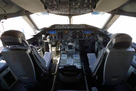 Cockpit Windows of Dreamliner Cracks, Oil leaks