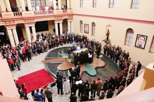 Thousands Make Emotional Trek to Chavez' Tomb