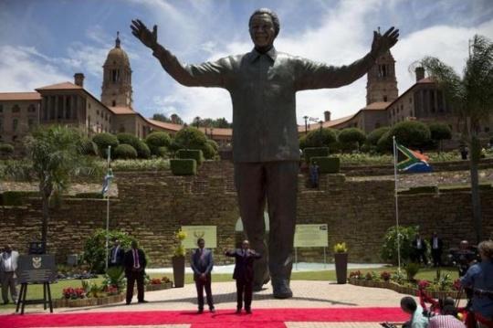Nelson Madela Statue