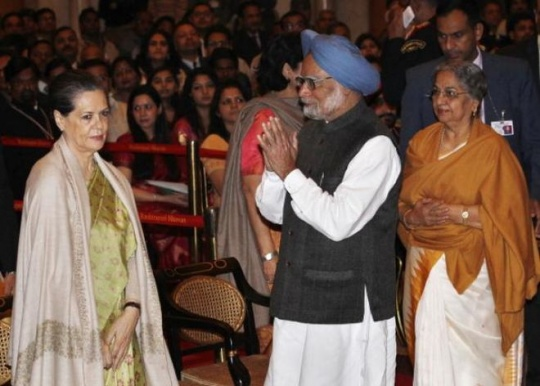 Sonia Gandhi with Manmohan Singh and his wife