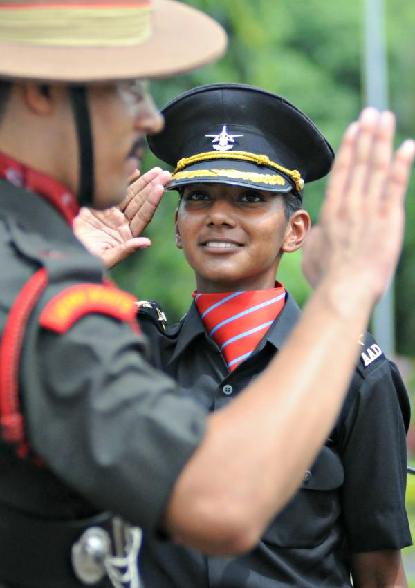 """印首支女軍官方隊、陸軍女軍官方隊總領隊、榮獲金奈軍官培訓學院最高獎--""""利劍獎""""的首位女學員迪夫亞-阿吉絲-庫馬爾(Divya Ajith Kumar,25歲)"""