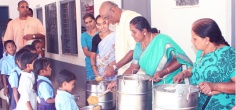 Meet Madhu Pandit Dasa, Who Has Been Giving Free Mid-Day Meals To School Children For 15 Yrs!