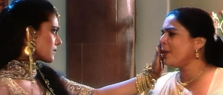 Reema Lagoo saat beradu akting dengan Kajool di Kuch Kuch Hota Hai