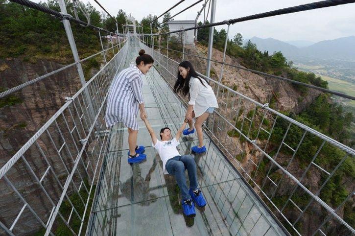 Berani Coba Skywalk Kaca Terpanjang di Dunia?