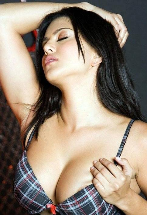 Hot pornstar Sunny Leone showcasing her ravishing curves in the shower  2228967
