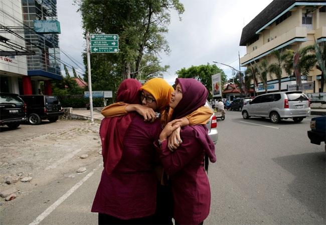 Massive earthquake strikes Indonesia