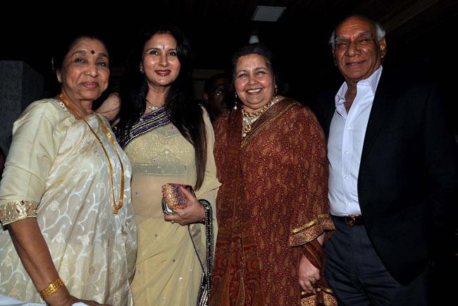 Asha Bhonsle, Poonam Dhillon, Yash Chopra & his wife Pamela Chopra