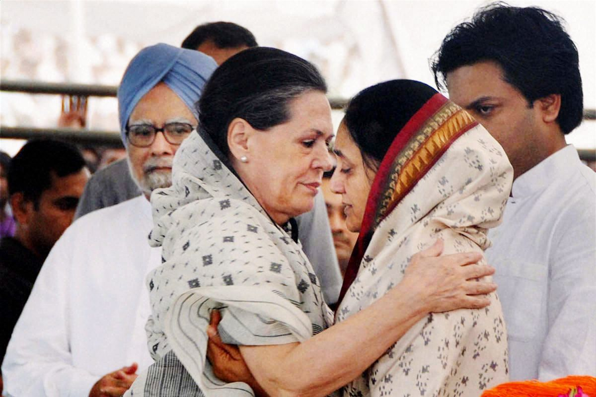 Sonia Gandhi consoles Vaishali Deshmukh, wife of the late Union Minister Vilasrao Deshmukh, during his funeral at Babhalgaon in Latur on Wednesday.