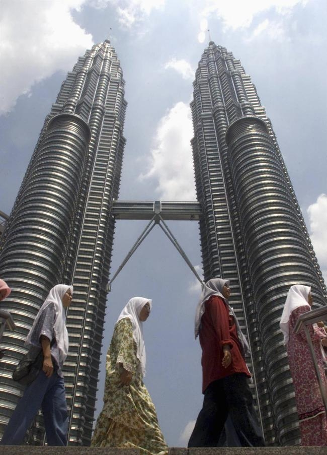 Petronas Twin Towers (1,483 ft)