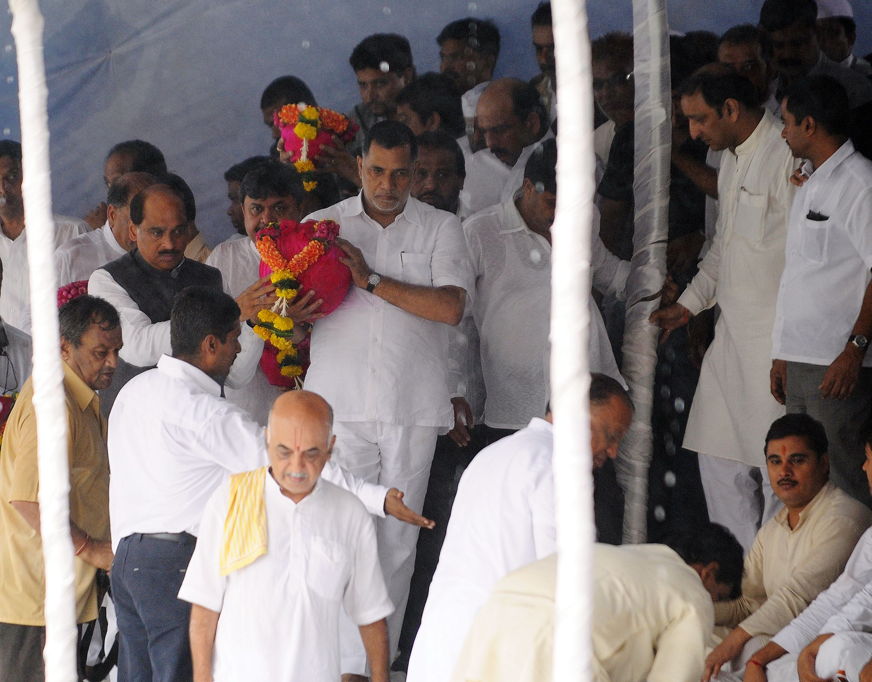 Congress workers carry the ashes of late Vilasrao Deshmukh at the Banganga water tank in South Mumbai on Thursday.