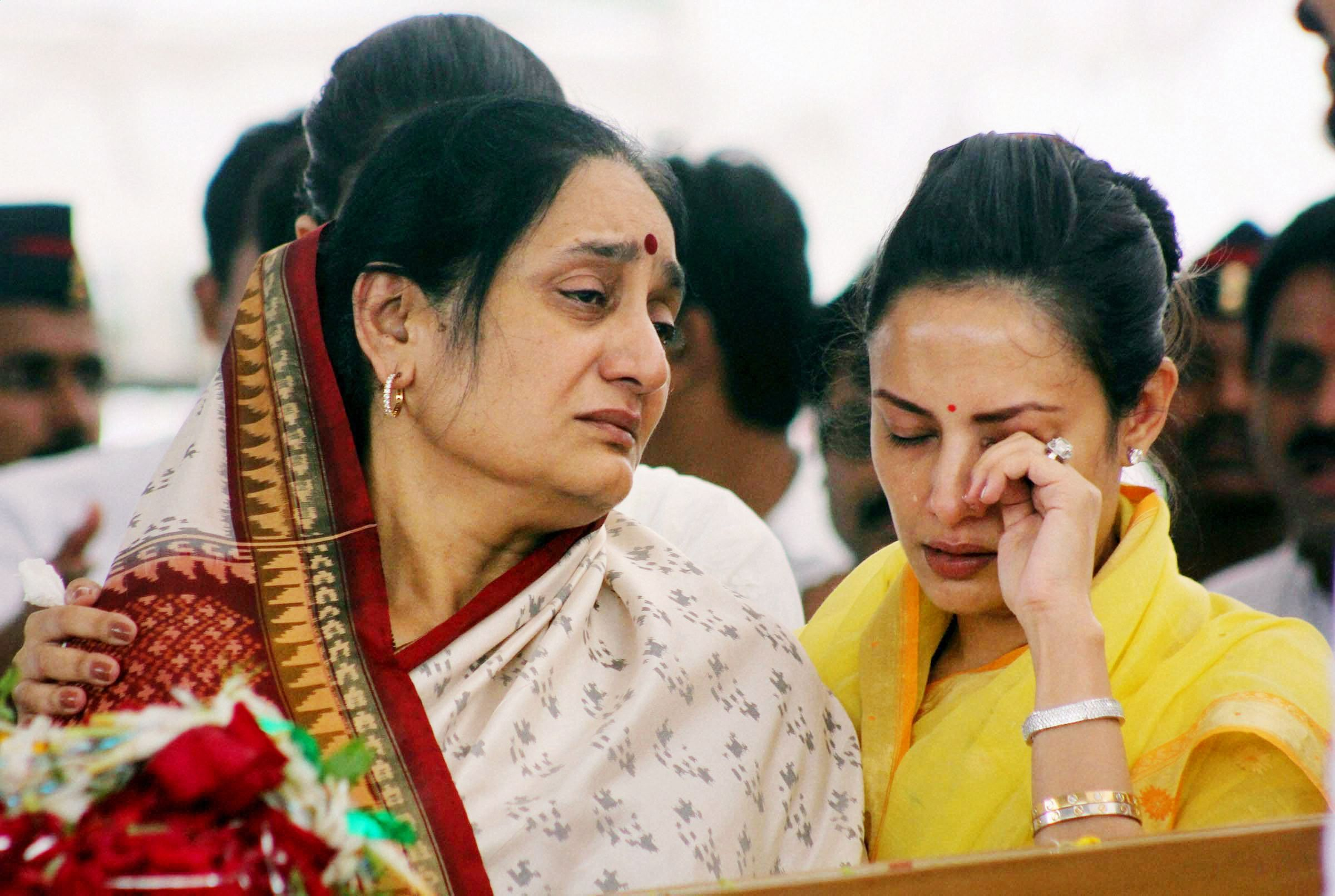 Vaishali Deshmukh in tears during the funeral of Vilasrao Deshmukh at Babhalgaon in Latur on Wednesday.