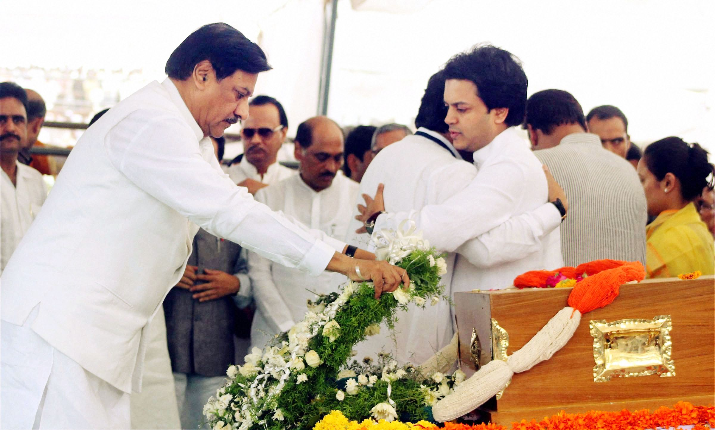 Maharashtra chief minister Prithviraj Chavan paying his last respect to Vilasrao Deshmukh at Babhalgaon in Latur.