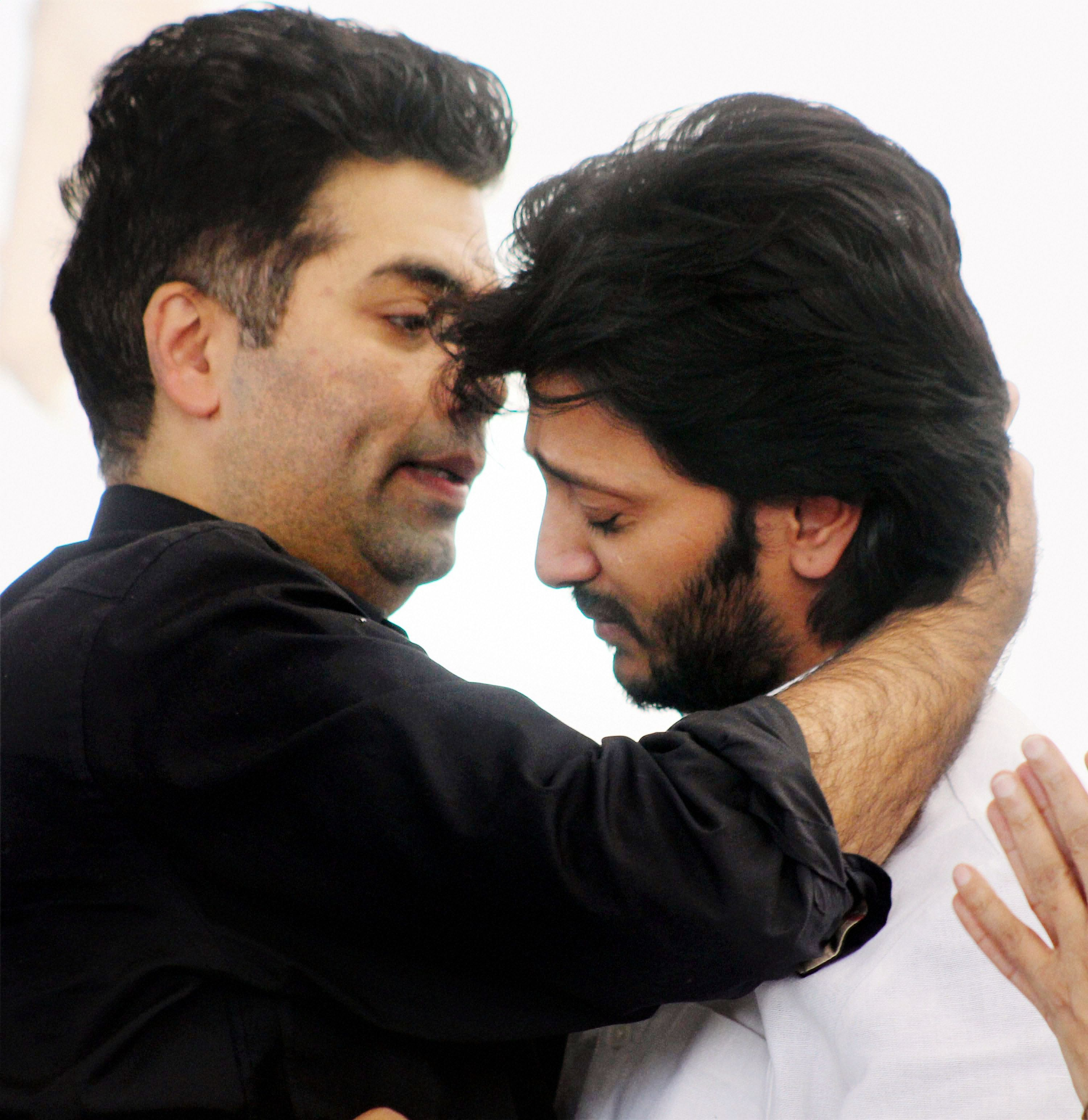 Filmmaker Karan Johar consoles Riteish Deshmukh during the funeral of Vilasrao Deshmukh at Babhalgaon in Latur.