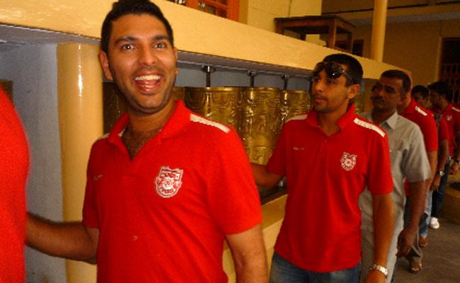 Yuvraj cracking jokes with hospital staff