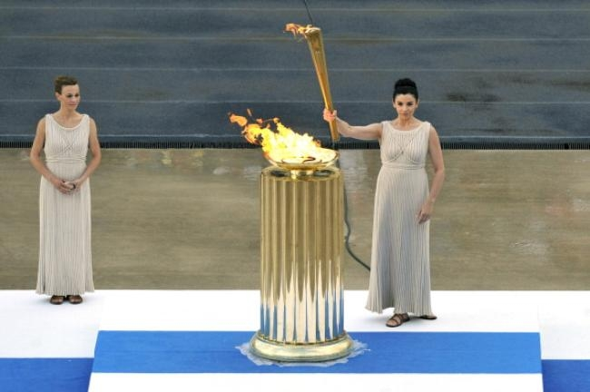Olympic torch passes to Brits in Athens ceremony.