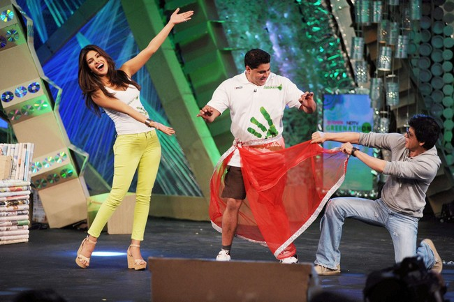 During a recent TV event that was hosted to spread awareness about the environment, Don - Shah Rukh Khan and Priyanka Chopra happily danced on stage for the cameras.