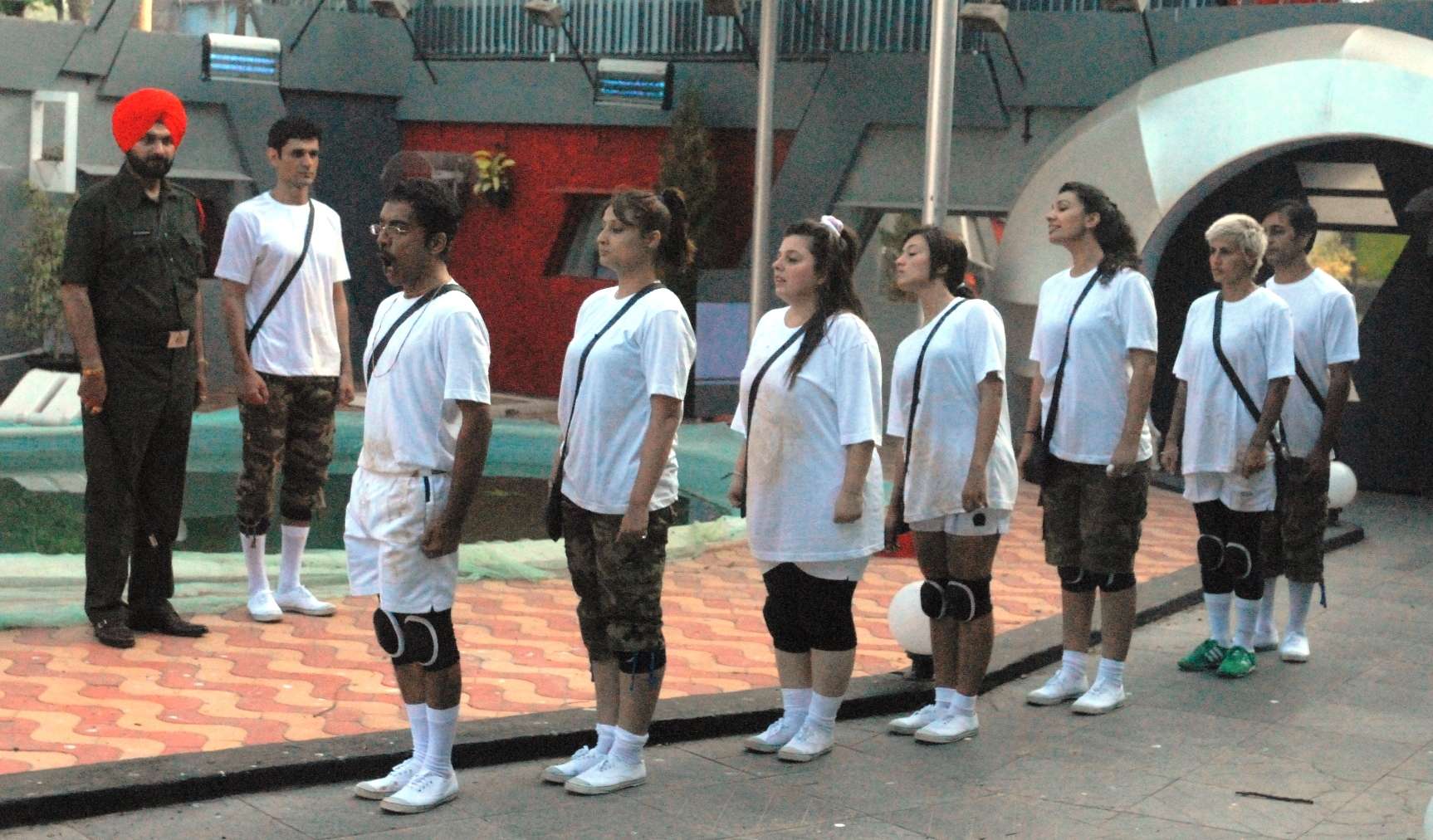 Bigg Boss announced a task called 'Major Saab Ki Sena', which was led by Sidhu. As the task started, Sidhu made all the inmates undergo a physical drill. Urvashi advised Mink to perform the task seriously, as it would help the housemates gain more points for their luxury budget. Sidhu informed one and all that he would coach them in order to test their individual physical endurance powers. Despite oppositions by some of the housemates, Sidhu remained unyielding and continued with the strenuous drill.