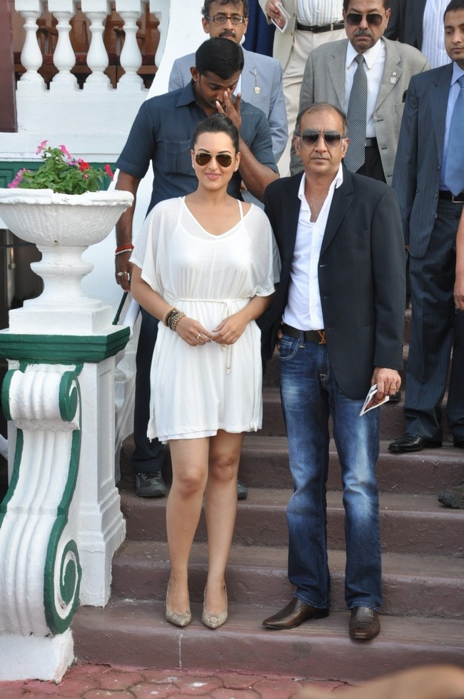 Sonakshi Sinha might be known for her de-glam appearances in her movies, but the Dabangg girl was at her stylish best at a recent horse-racing eventCourtesy: Metro Motors Auto Hanger Sir HM Mehta Race