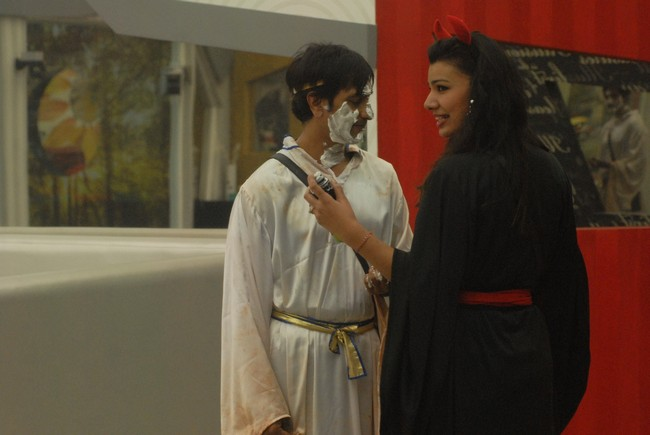 In the main house, Rajev gets his face covered with shaving foam by Sapna and Mink. Sapna and the restof the demons plan to play a prank on Vishal. Sapna applies shaving foam on him and Vishal gets irritated and appliesfoam on Sapna as well. In a random conversation, Sapna ends up pulling Vishal's robe off post which Vishal gets soagitated that he removes his robe and gives up on the task. In the Bigg Boss padosi house, Vrajesh, Aashka, Santosh andNirahua are seen watching the task play out of the main house. Imam forcefully puts off the television infuriating theother housemates. Imam wears a colorful skull mask and starts when Bigg Boss calls Imam to the confession room andwarns him not to break his rules ever again.