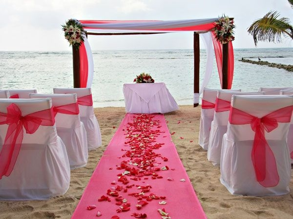 Beach wedding: Are you a beach baby? Then head to the beautiful beaches of Goa, Andaman or Pondicherry. South India offers a lot of options. Everything from the ceremony to reception can be arranged on the beach. Make sure you choose the right time of the year to avoid the heat and rains.