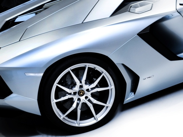 The 20/21 inch Dione rims, coherent with the hypercar add to the aggressive-ness and are 10 kgs lighter compared to the stock rims