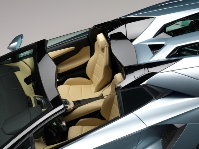 Aerodynamic aids to the roadster are the added wind deflector and the powered rear windshield that not only influences the flow of air in the cockpit but also controls the experience of the sound from the V12