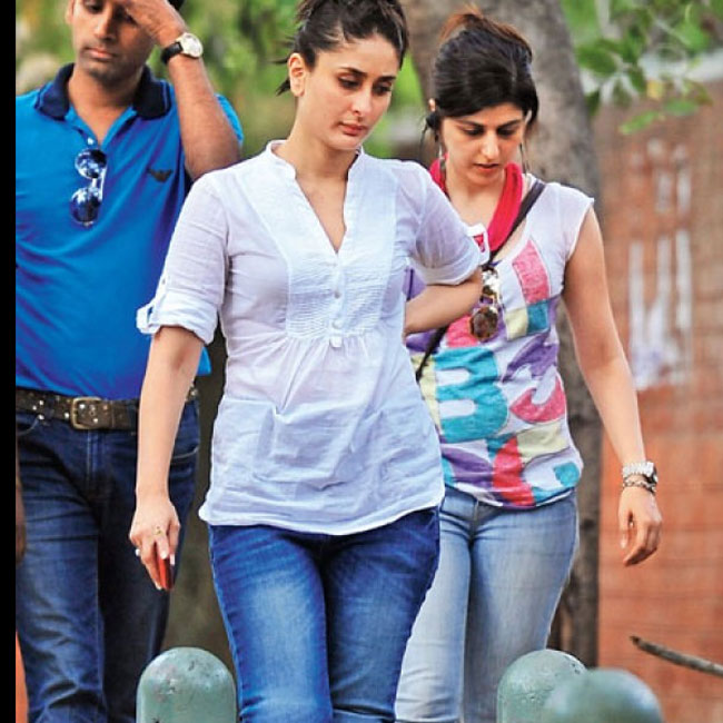 Our original Heroine can make heads turn with or without make up. Kareena was spotted dressed casually in jeans and trainers. Her skin looks radiant even without the make up.