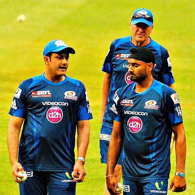 Mumbai Indians mentor Anil Kumble makes a point to Harbhajan Singh, as coach John Wright looks on. (Photo: BCCL)