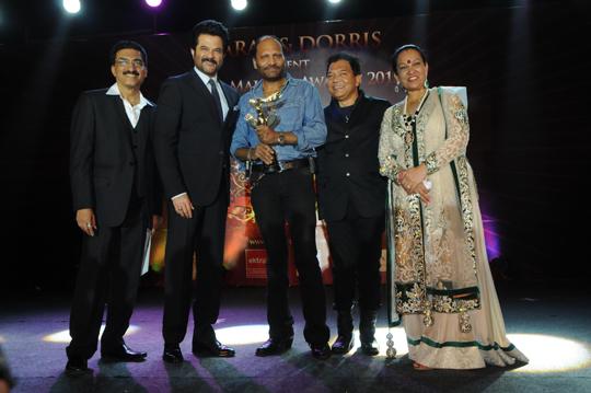 Bharat Godambe, Anil Kapoor, Bhadur, Dorris Godambe awarding Deepak