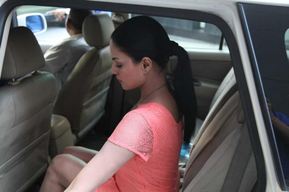 Veena Malik leaving in her car to reach a radio station to promote her upcoming film, Zindagi 50-50.  Courtesy: Veena Malik