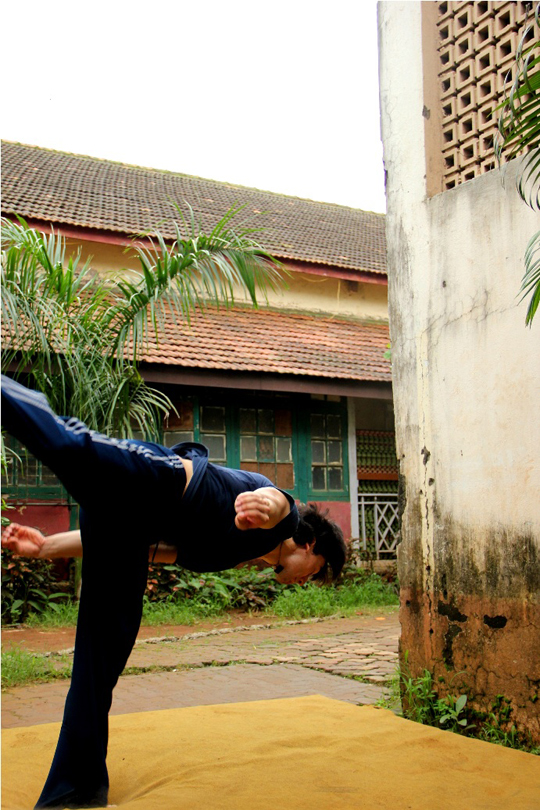 Jackie Shroff's son, Tiger, performs some daredevil stunts during his physical training.
