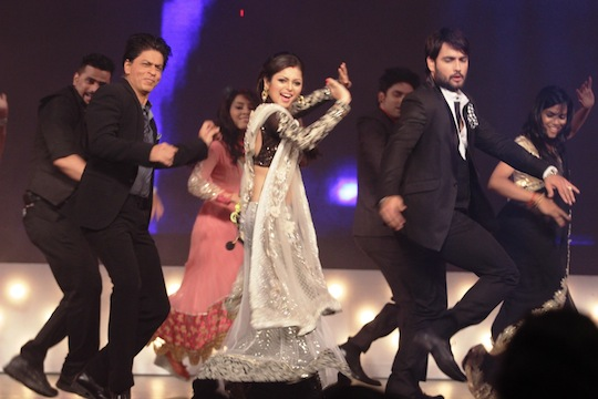More pics srk grooves with madhubala for 1 2 3 4 get on the dance floor mp3