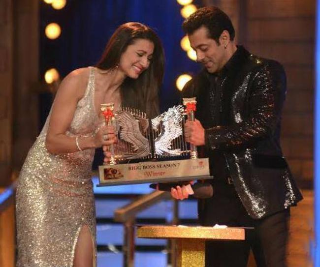 Salman Khan hands over the Bigg Boss trophy to Gauahar Khan.