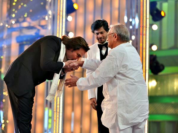 Saif Ali Khan kisses Gulzar