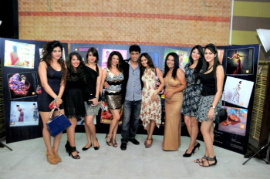 Aakruti Creative Solutions hosted a bash to launch their 2013 calender at a suburban lounge on 15th January. The Launch party was attended by celebrities, models, TV stars, photographers and business personalities. Avinash and his gorgeous wife Bhavana Dahima along with Ashok and his beautiful wife Anita Agarwal played the perfect hosts all through the party.