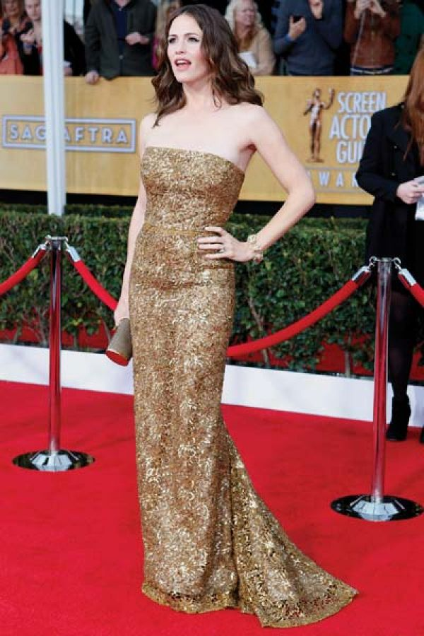 Jennifer Garner: Another actress to flaunt an Oscar de la Renta on the carpet was Jennifer Garner. The shimmering golden bronze dress was accessorized with a matching clutch.
