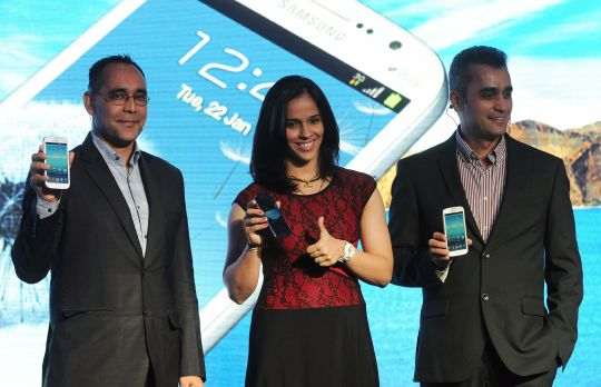Saina Nehwal (centre) poses for the shutterbugs with Manu Sharma (left), General Manager, Samsung and Asim Warsi (right), Vice President, Samsung Mobile.