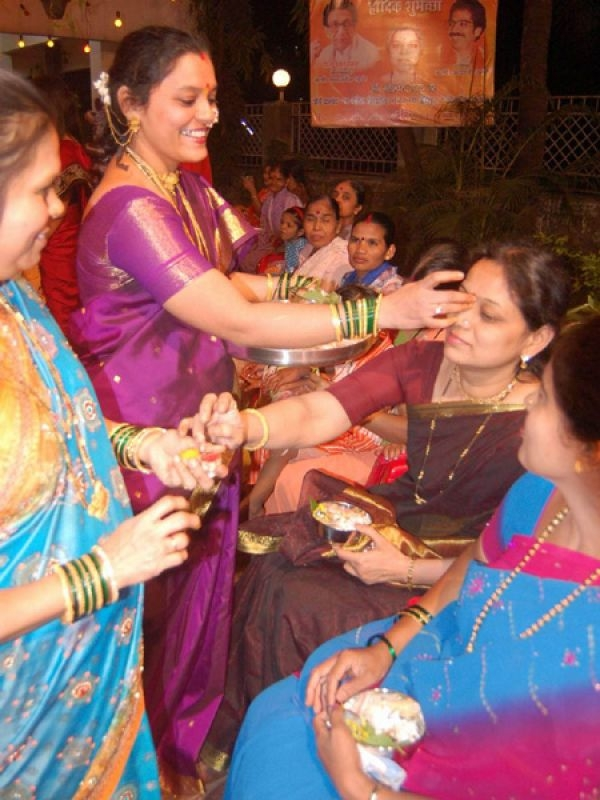 Makar Sankranti in Maharashtra: In Maharashtra, Makar Sankranti is celebrated with much zest and fervour. Women wear traditional outfits in black and organise a get-together called haldi-kunku (literally meaning turmeric and vermillion), apart from cooking up traditional sweetmeats like til ladoo, puranpoli and halwa. Kite flying is also a popular custom during this time of the year.