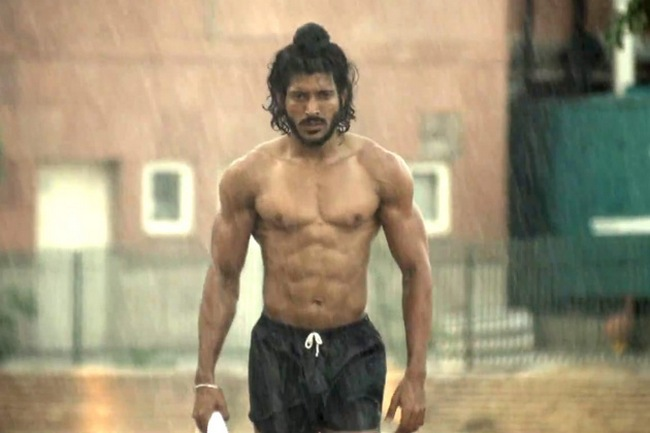 It takes patience, endurance and persistence to get those sinewy legs and stunning six-pack abs like Farhan Akhtar in 'Bhaag Milkha Bhaag'. The actor who portrays the character of iconic sprinter Milkha Singh followed a meticulous regime to sculpt his body. It took 13 months of painstaking workout and diet regime to achieve that flawless onscreen look. Here's how Farhan slogged to fit into Milkha Singh's shoes...