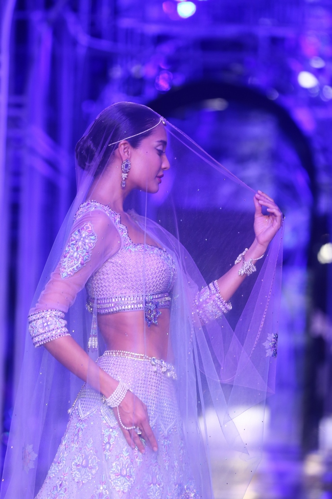 Model Lisa Haydon looked every inch the perfect bride, when she walked the ramp at Bridal Fashion Week.