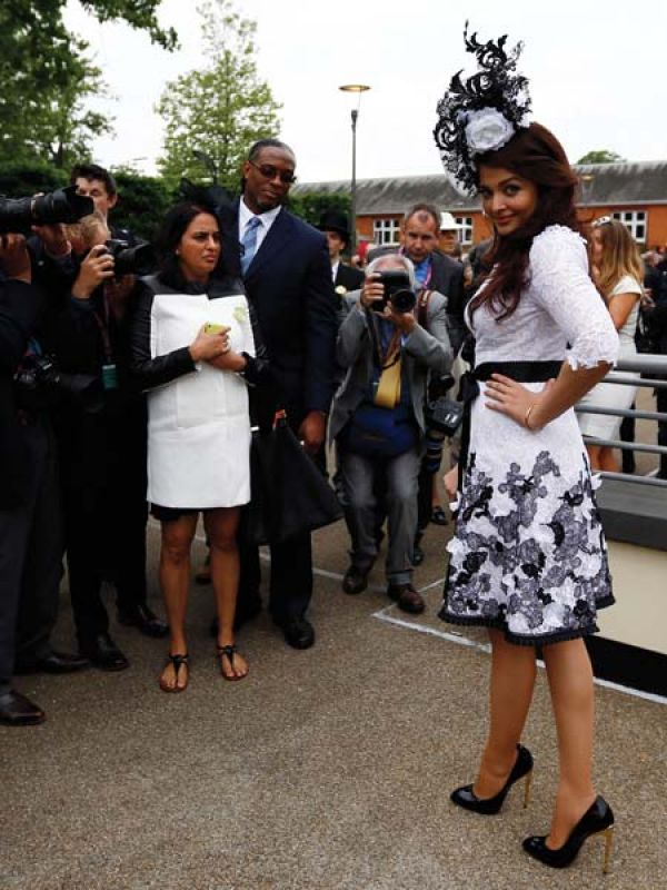 As the Indian ambassador for Longines, Aishwarya attended the Royal Ascot horse racing festival (Ascot, London) in a Philip Treacy, complemented by a fascinator by the designer.