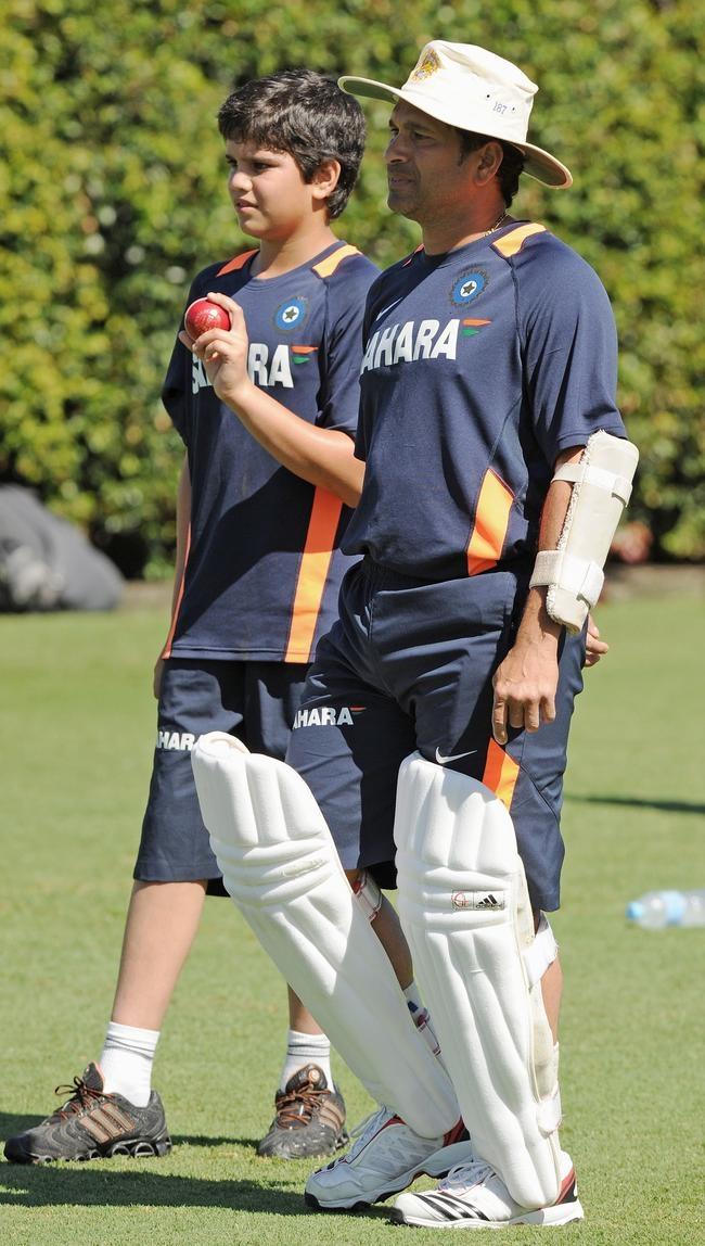 Indian batsman Sachin Tendulkar (R), sta