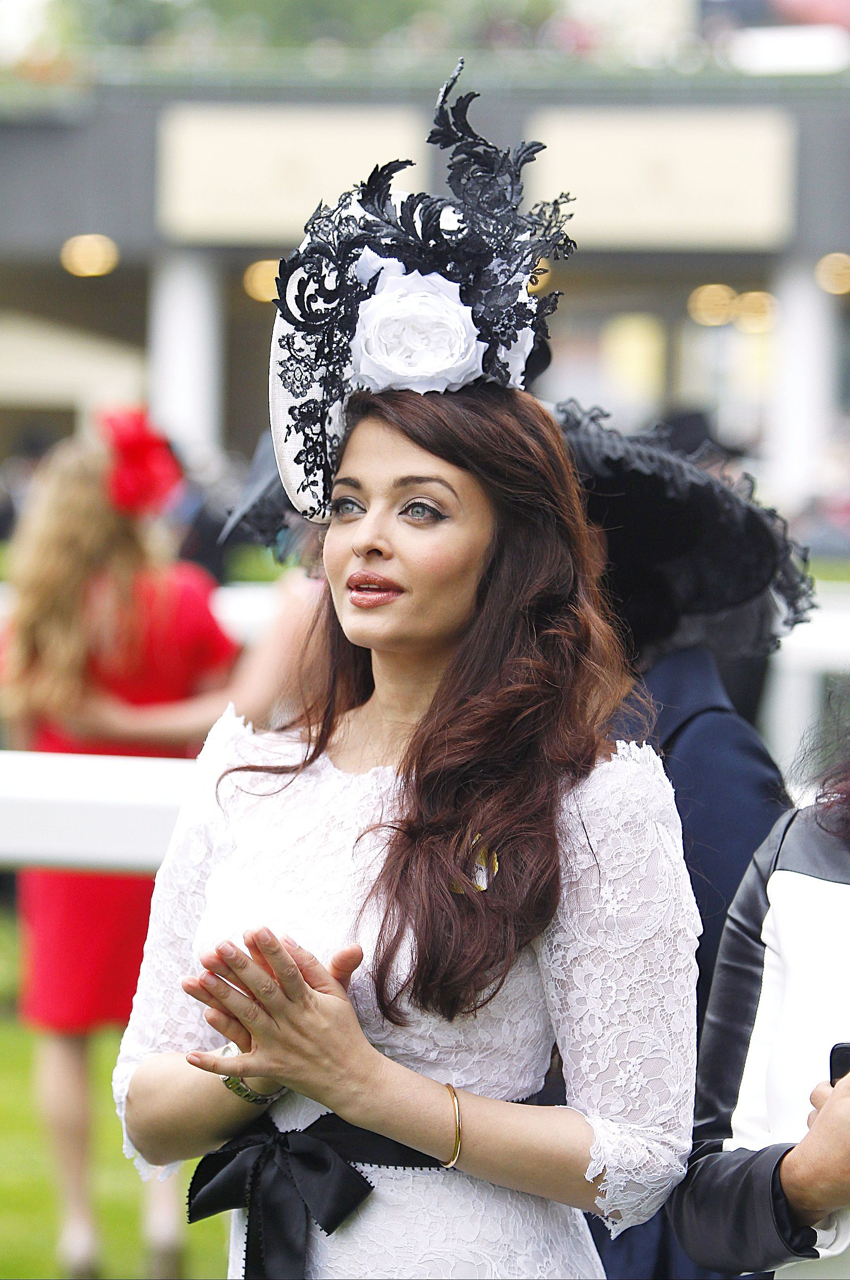 The Bachchan Bahu looked gorgeous in a lace dress, and in an interesting fascinator by Philip Treacy.