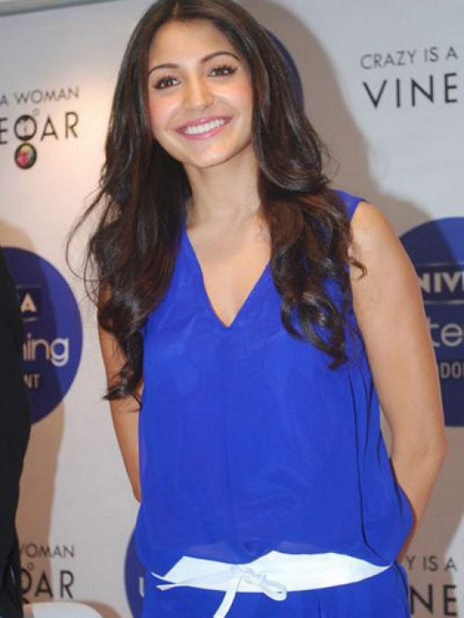 Anushka Sharma: Anushka breaks the monotony of her loose and plain-looking dress with a white belt. Smart!