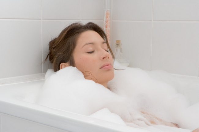 Take a hot water bath: A hot water bath before sleeping helps you to de-stress and relax. Photo credit: Getty Images