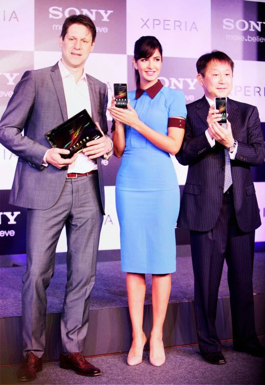 Katrina poses with a Sony Xperia Z and Dennis van Schie, Corporate Vice President of Sony Mobile Communications (left) with Kenichiro Hibi (R), Managing Director, Sony India to the right.